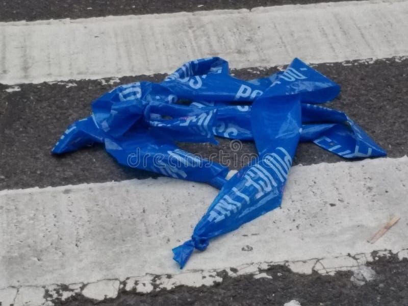 Bariery taśma, Milicyjna taśma, egzekwowanie prawa taśma, barykady taśma, Milicyjna linia w Crosswalk zdjęcia stock