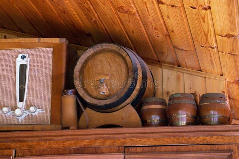 Baril de bière avec des verres de bière sur la table sur le fond en bois photographie stock libre de droits