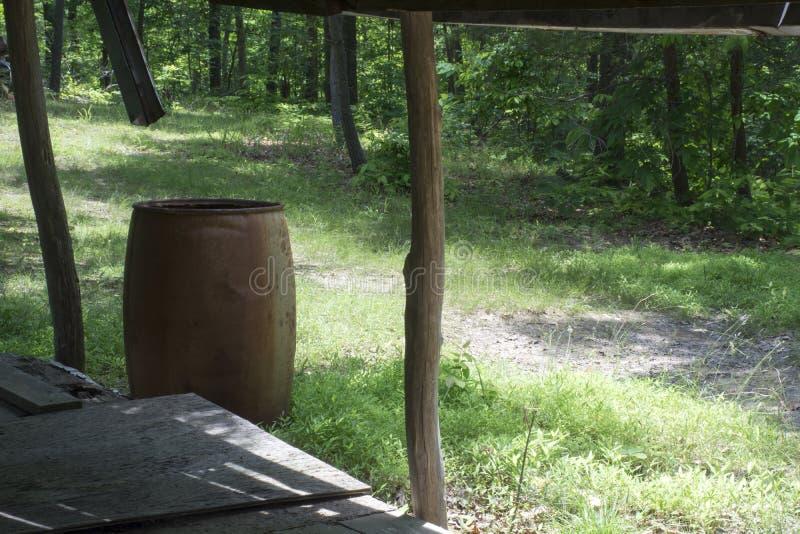 Baril de porche et de pluie donnant sur une forêt photos stock