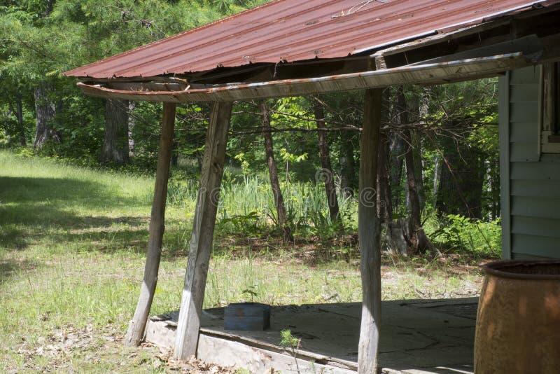 Baril de porche et de pluie donnant sur une forêt images libres de droits