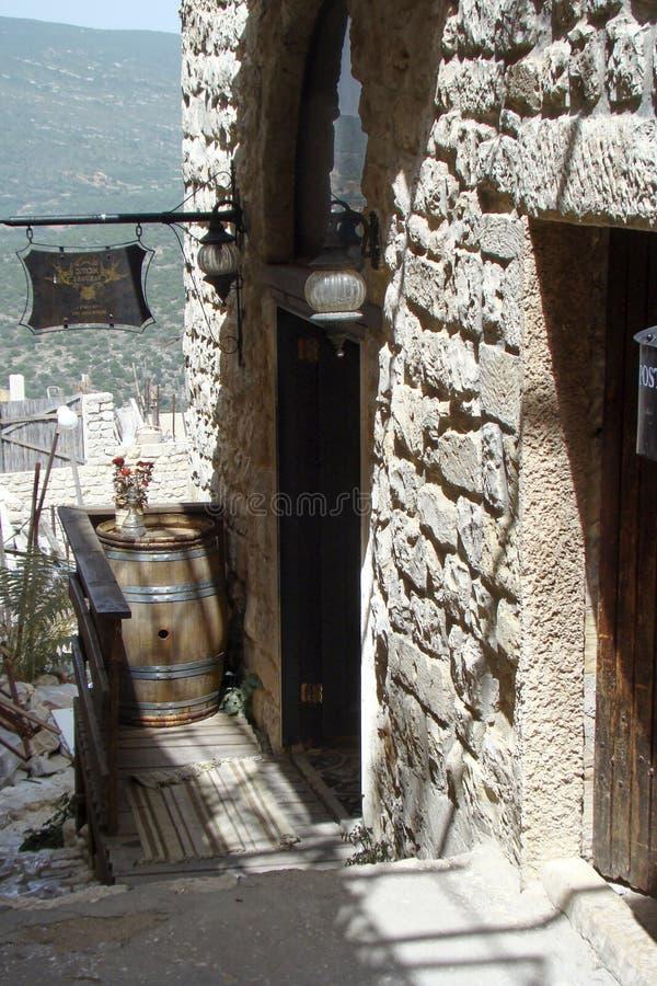 Baril de vin dans une rue étroite dans la vieille ville de Safed photos stock