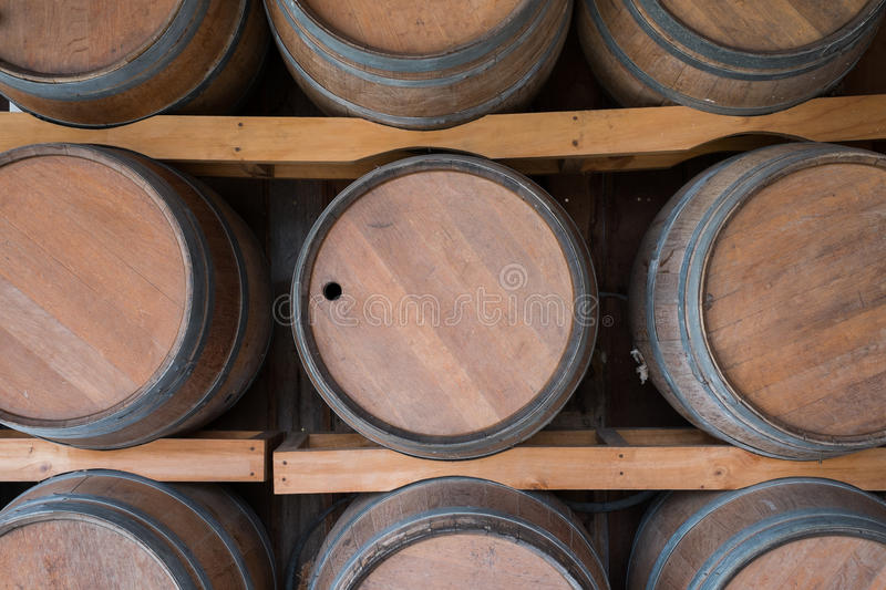 baril de vin en bois dans la vin chambre forte photo stock image du conteneur vigne 48571966. Black Bedroom Furniture Sets. Home Design Ideas
