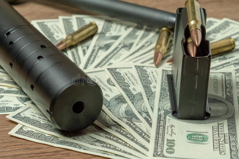 Baril, dispositif antiparasite et cartouches de fusil sur des dollars Concept pour le crime, massacre de contrat, assassin payé,  photos libres de droits