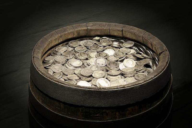 Baril en bois avec des pièces de monnaie photographie stock libre de droits