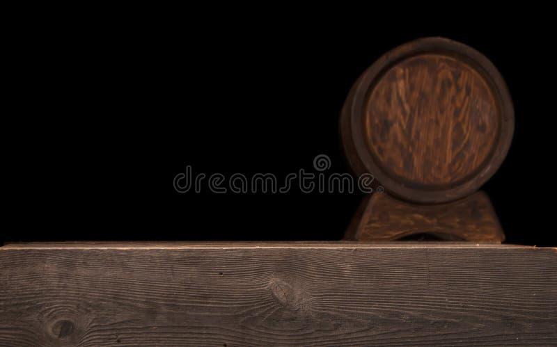 Baril en bois brouillé rustique sur un fond de nuit images libres de droits