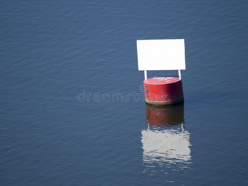 Baril rouge avec les espaces libres blancs d'un panneau photo stock