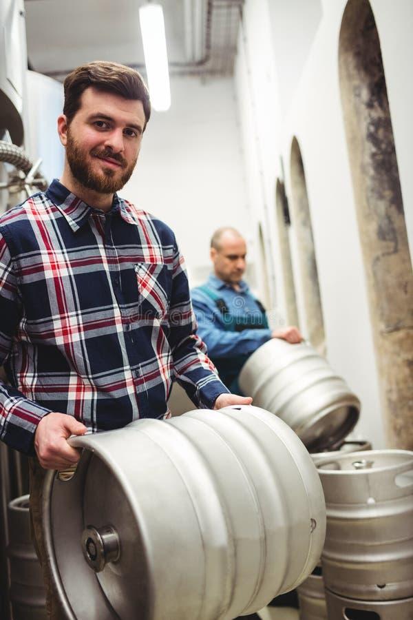 Barili di trasporto del proprietario sicuro alla fabbrica di birra immagini stock libere da diritti