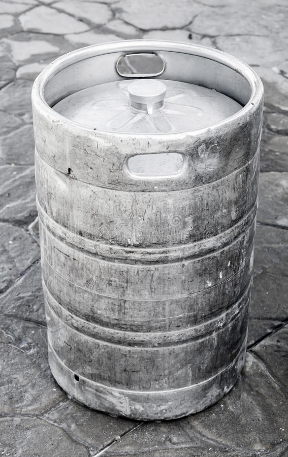 Barillet en aluminium utilisé, petit baril avec de la bière images libres de droits