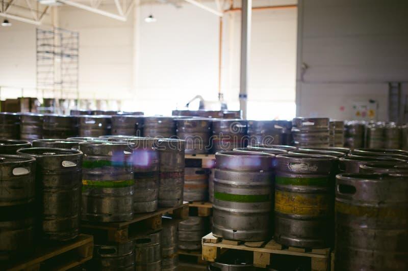 Barillets de bière beaucoup metal le support de barillet de bière dans les rangées dans un entrepôt photos libres de droits