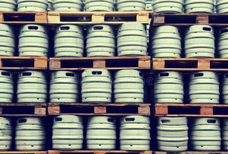 Barillets de bière dans des lignes régulières images stock