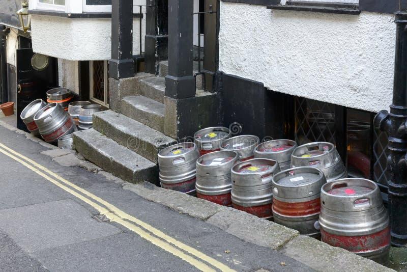 Barillets de bière dans la rue, Falmouth images stock