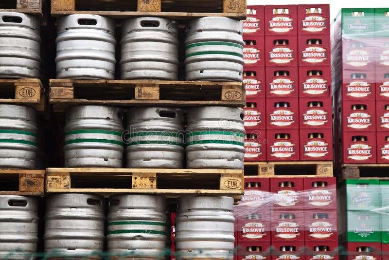 Barillets de bière dans les lignes à la brasserie de Krusovice photographie stock libre de droits