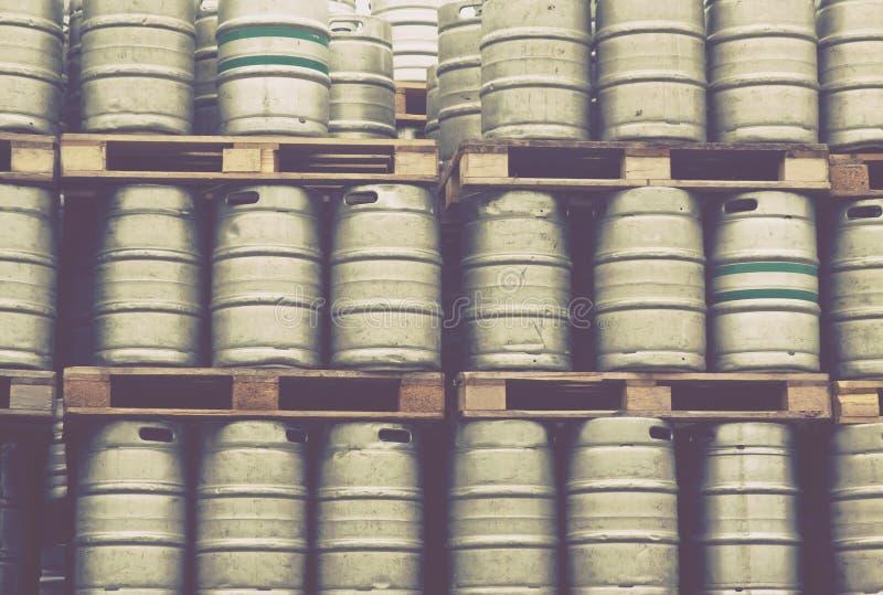 Barillets de bière dans les lignes photographie stock