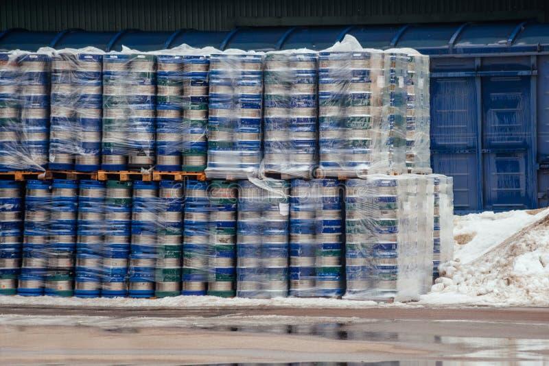 Barillets de bière emballés en métal prêts pour le transport photographie stock