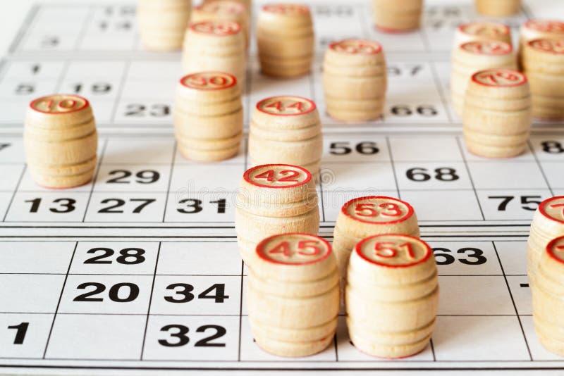 Barillets et cartes en bois pour le loto ou le jeu de bingo-test images stock
