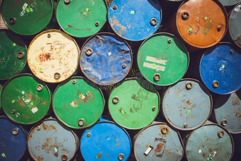 Barilotti chimici tossici d'acciaio del combustibile derivato del petrolio del carro armato o del barilotto immagini stock libere da diritti
