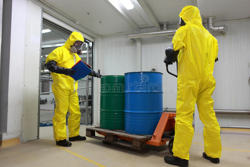 Barilotti con la consegna dei prodotti chimici immagini stock libere da diritti