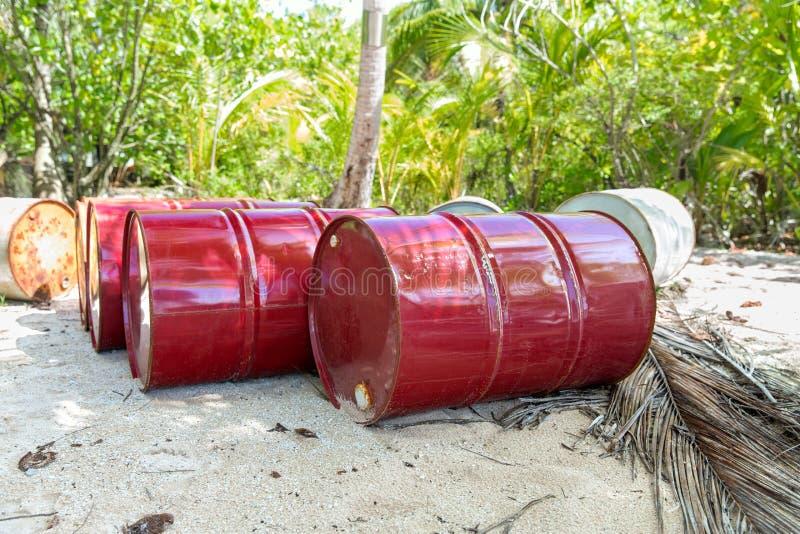 Barilotti del tamburo dell'olio sulla spiaggia in Polinesia francese immagine stock libera da diritti