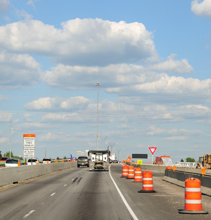 Barilotti della costruzione lungo l'autostrada interstatale immagine stock