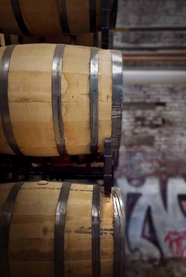 Barilotti della quercia in distilleria fotografia stock libera da diritti