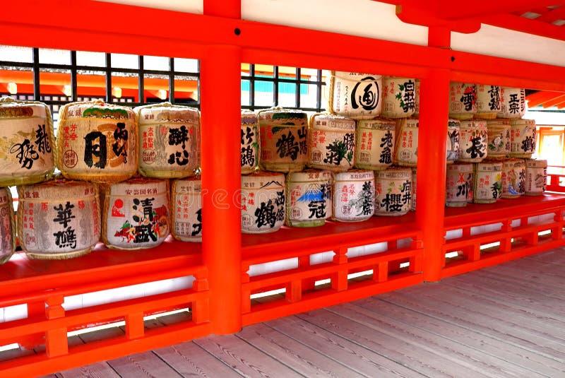 Barilotti di causa al santuario shintoista fotografia stock