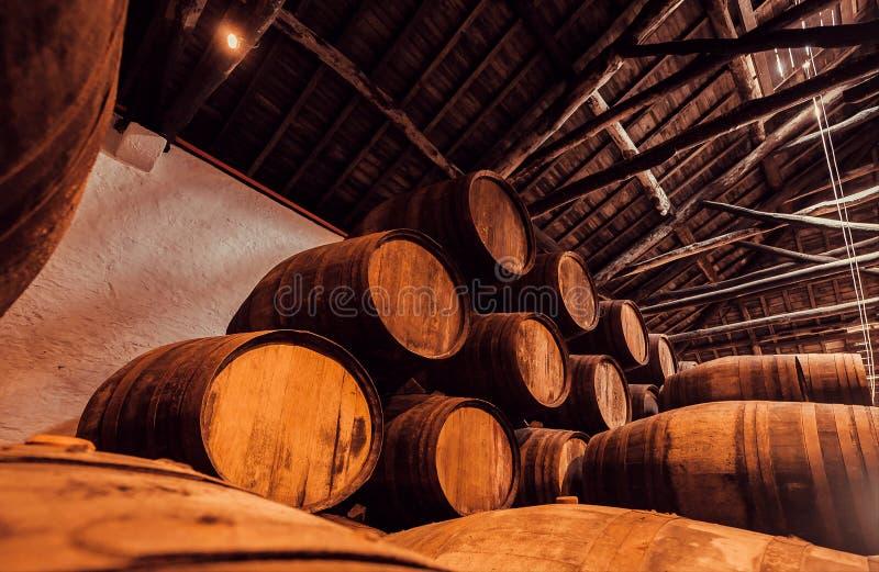 Barilotti di legno in metropolitana piena di porto di una cantina tradizionale Cantina scura per vinificazione, Portogallo fotografie stock
