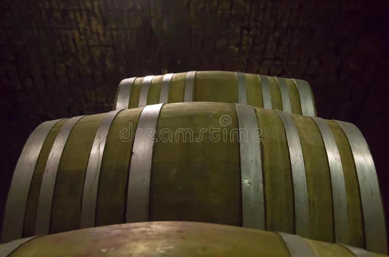 Barilotti di vino da legno duro attaccato con i cerchi d'acciaio impilati immagine stock