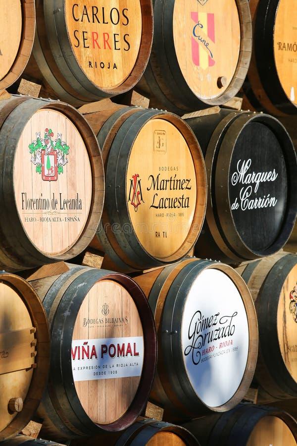 Barilotti di vino in strada rialzata, La Rioja, Spagna fotografie stock libere da diritti