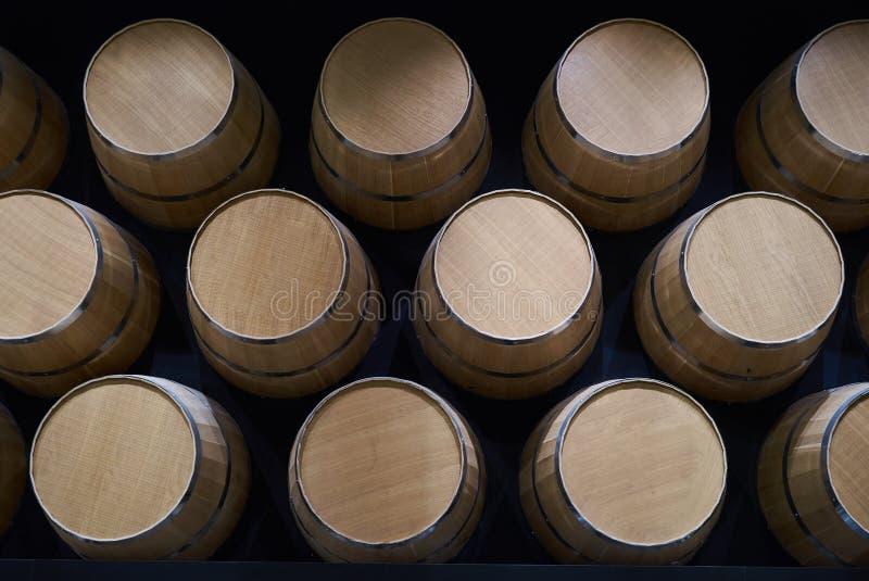 Barilotti di vino in vino-volte nell'ordine, primo piano Barilotti di vino impilati immagine stock libera da diritti