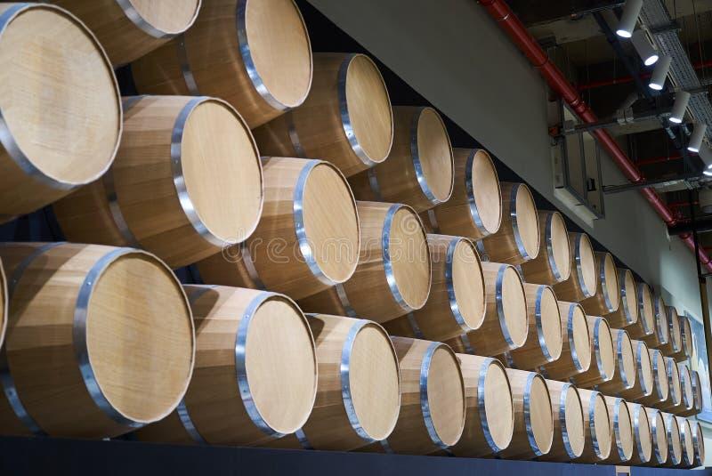 Barilotti di vino in vino-volte nell'ordine, primo piano Barilotti di vino impilati immagine stock