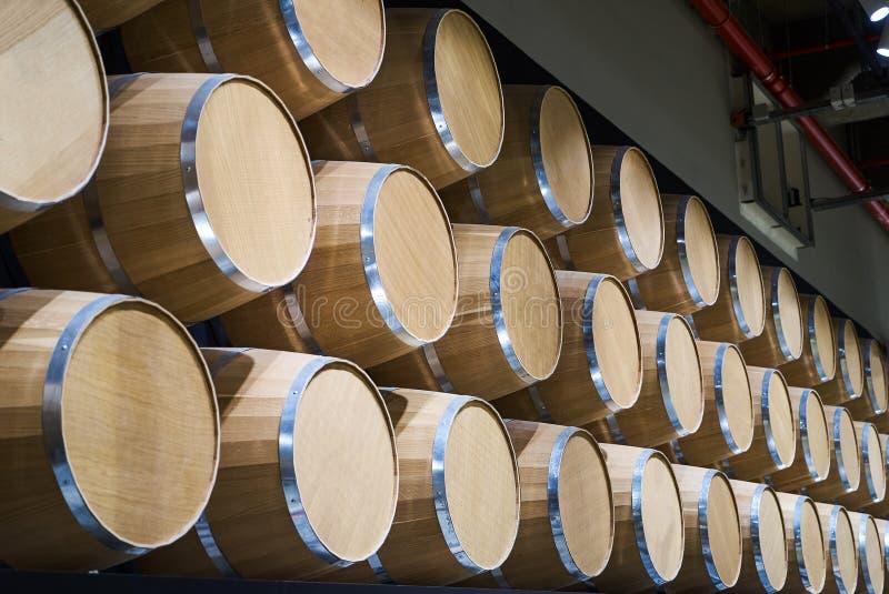 Barilotti di vino in vino-volte nell'ordine, primo piano Barilotti di vino impilati immagini stock