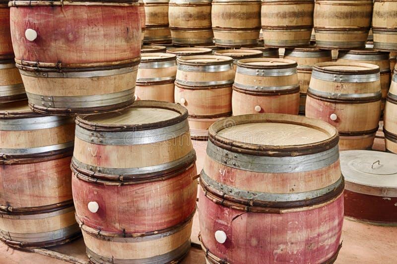 Barilotti di vino vuoti immagini stock