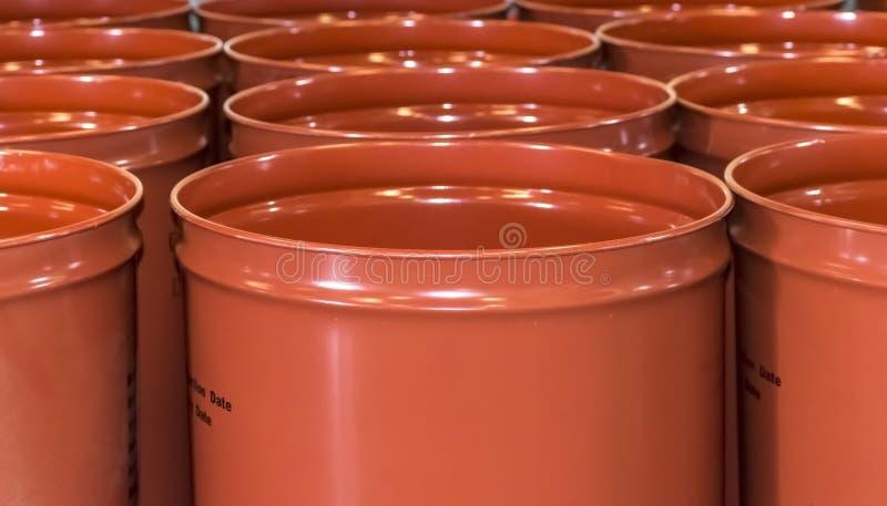 Barilotti vuoti del metallo per stoccaggio e trasporto di succo d'arancia nel magazzino di inscatolamento fabbrica o della pianta fotografia stock libera da diritti