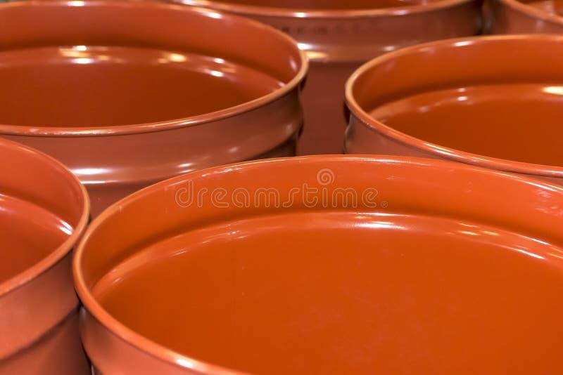 Barilotti vuoti del metallo per stoccaggio e trasporto di succo d'arancia nel magazzino di inscatolamento fabbrica o della pianta fotografia stock