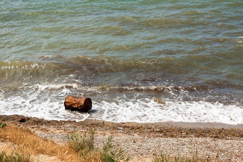 Barilotto arrugginito sulla costa fotografie stock