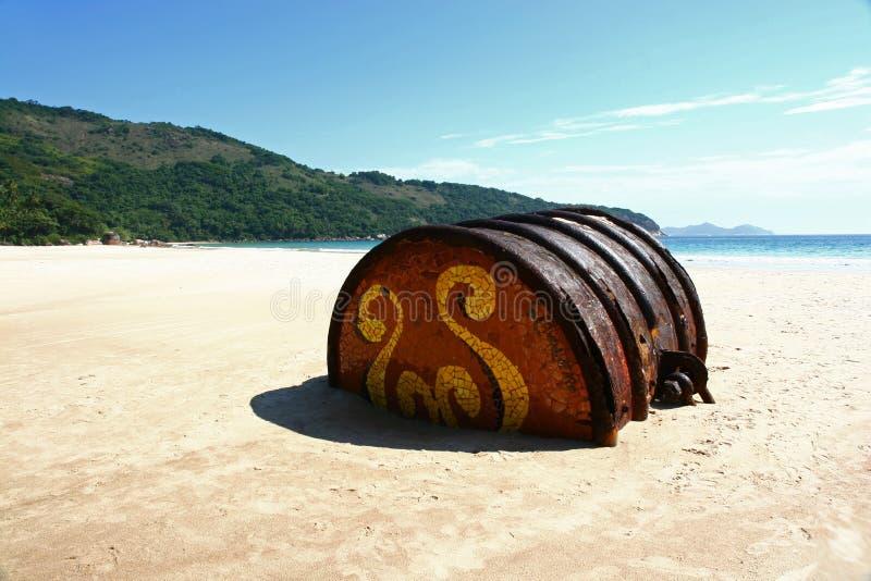 Barilotto arrugginito sulla spiaggia fotografia stock libera da diritti