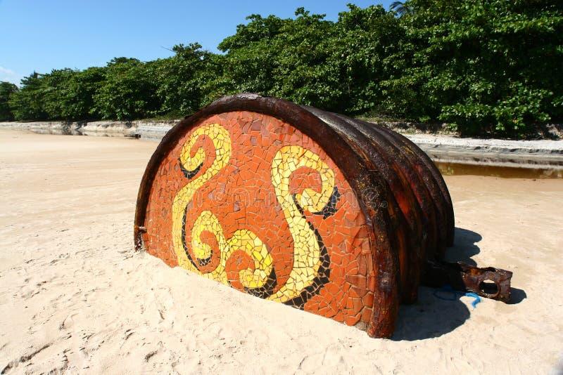 Barilotto arrugginito sulla spiaggia tropicale immagini stock libere da diritti