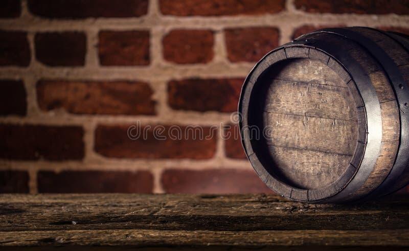 Barilotto del whiskey o del rum del cognac della birra del vino sulla tavola di legno immagine stock libera da diritti