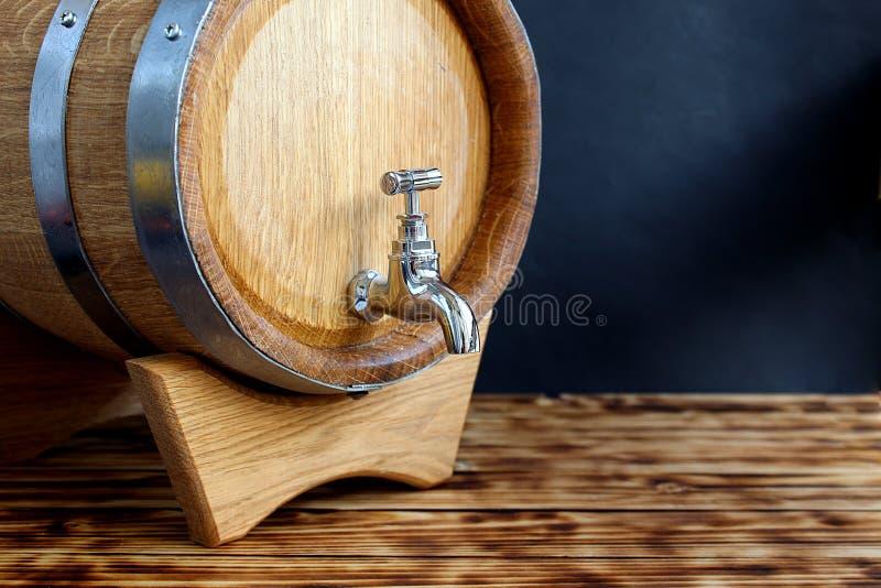 Barilotto della quercia con il rubinetto per invecchiamento del cognac immagine stock