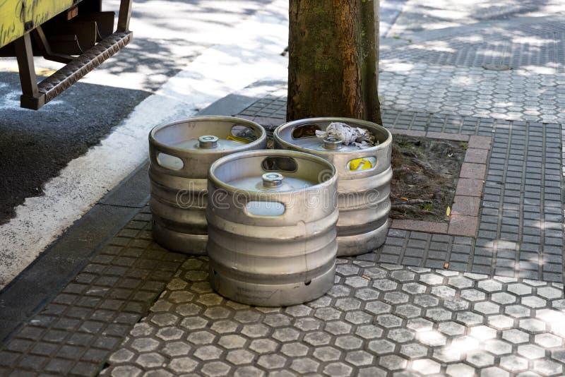 Barilotto di birra di alluminio sulla via della pavimentazione fotografia stock libera da diritti