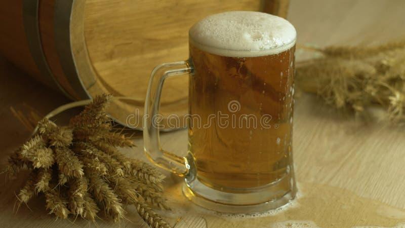 Barilotto di birra con i vetri di birra su una tabella di legno immagine stock libera da diritti