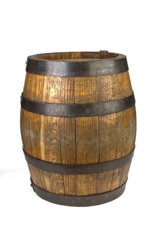 Barilotto di legno con gli anelli d'acciaio su bianco fotografia stock libera da diritti