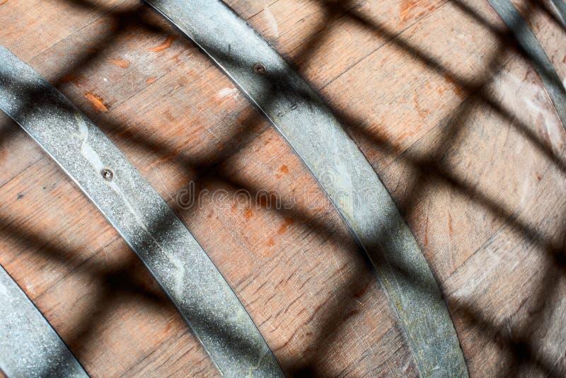 Barilotto di legno con un'ombra di griglia fotografia stock libera da diritti