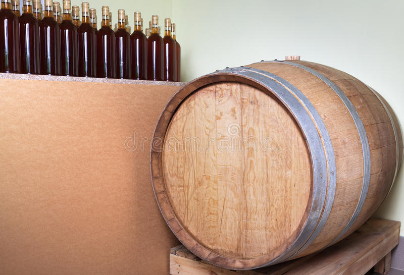 Barilotto e bottiglie di vino immagine stock