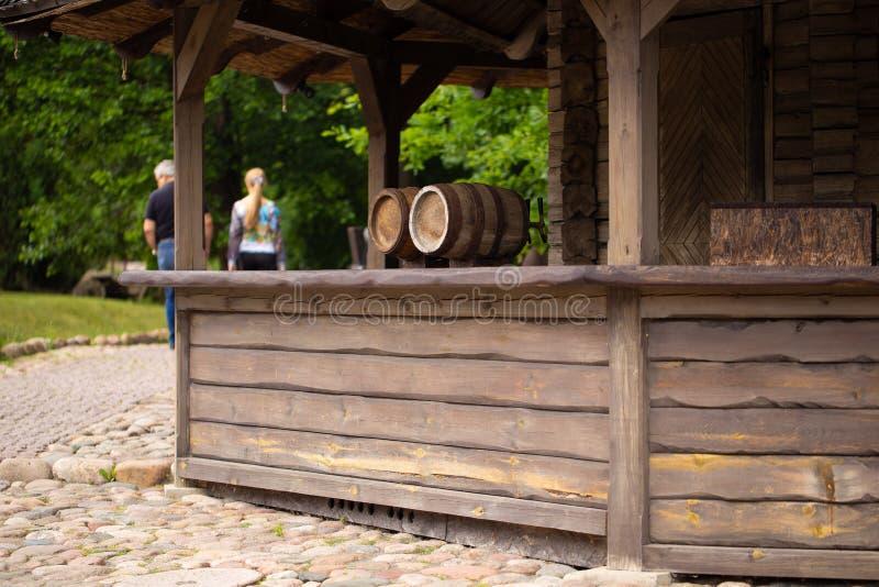 Barils avec de la bière ou le vin dans le café extérieur image libre de droits