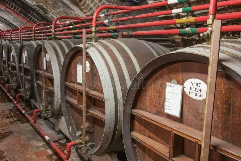 Barils avec des ingrédients pour la boisson alcoolisée de l'abbaye bénédictine image libre de droits