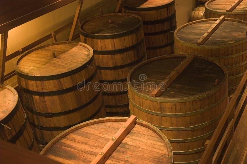 Barils dans l'établissement vinicole images stock