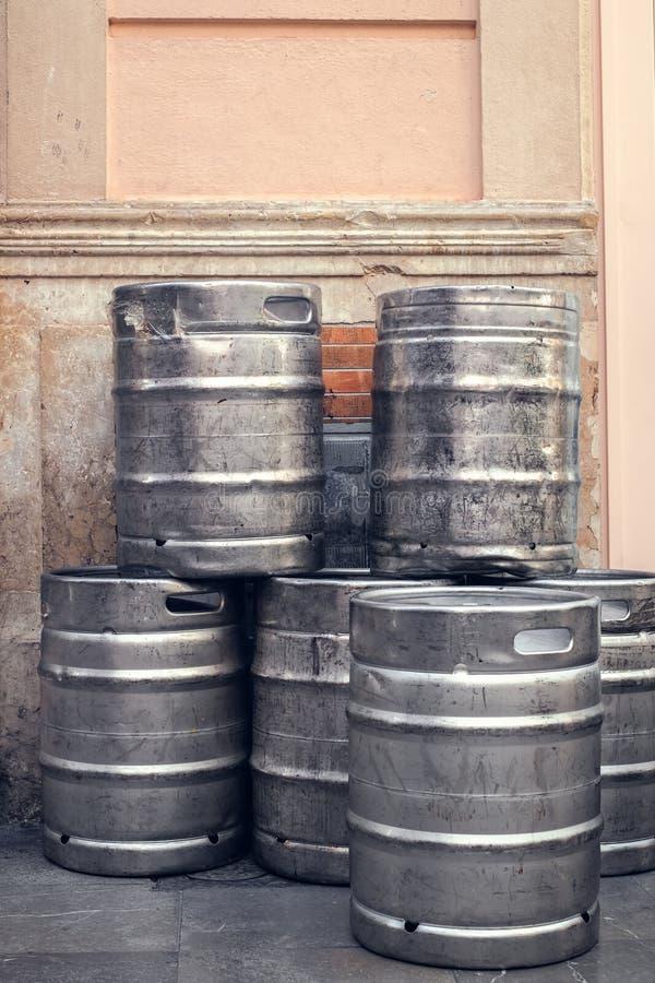 Barils de barillet de bière empilés à l'extérieur d'un bâtiment image libre de droits