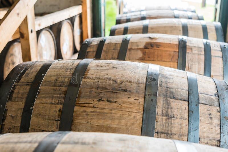 Barils de Bourbon attendant pour être placé dans l'entrepôt photo stock
