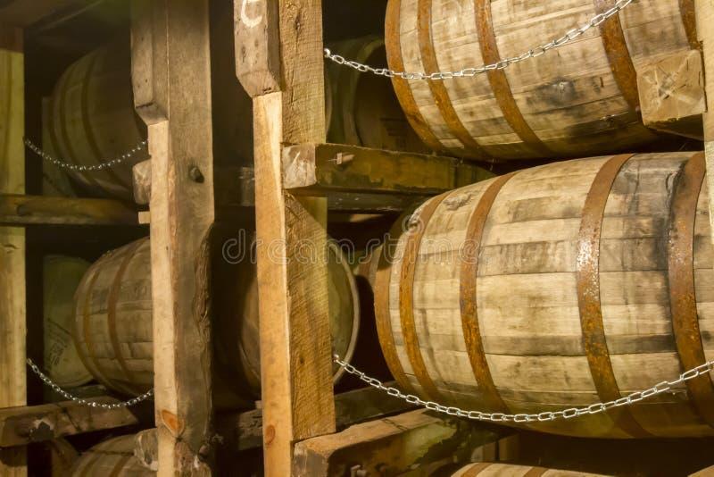 Barils de bourbon de chêne sur le support dans l'entrepôt images libres de droits